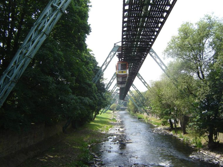 Город Вупперталь (Wuppertal) и подвесная дорога.
